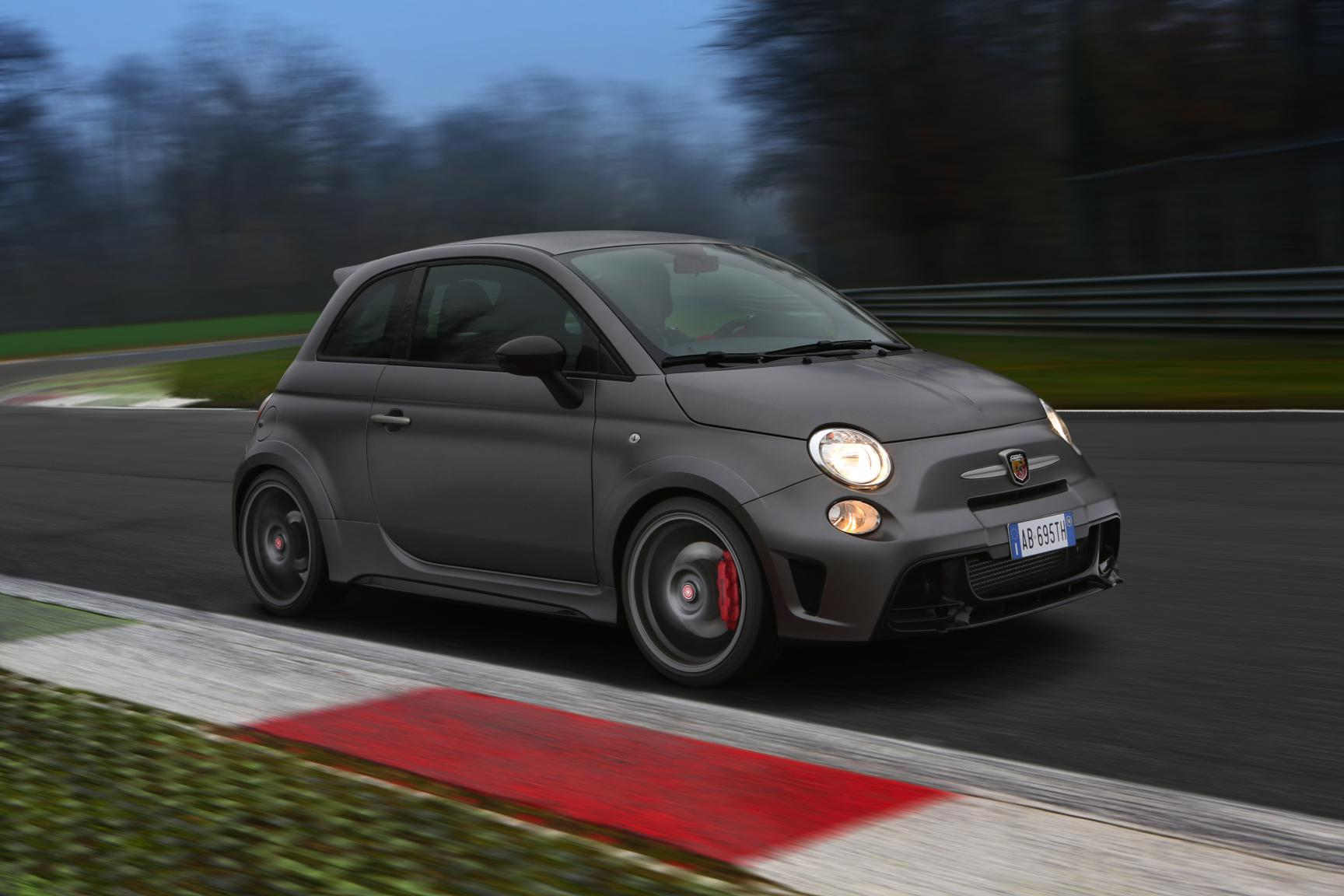 fiat 500 abarth 695 biposto is duur heel duur nee heel heel erg duur drivessential. Black Bedroom Furniture Sets. Home Design Ideas