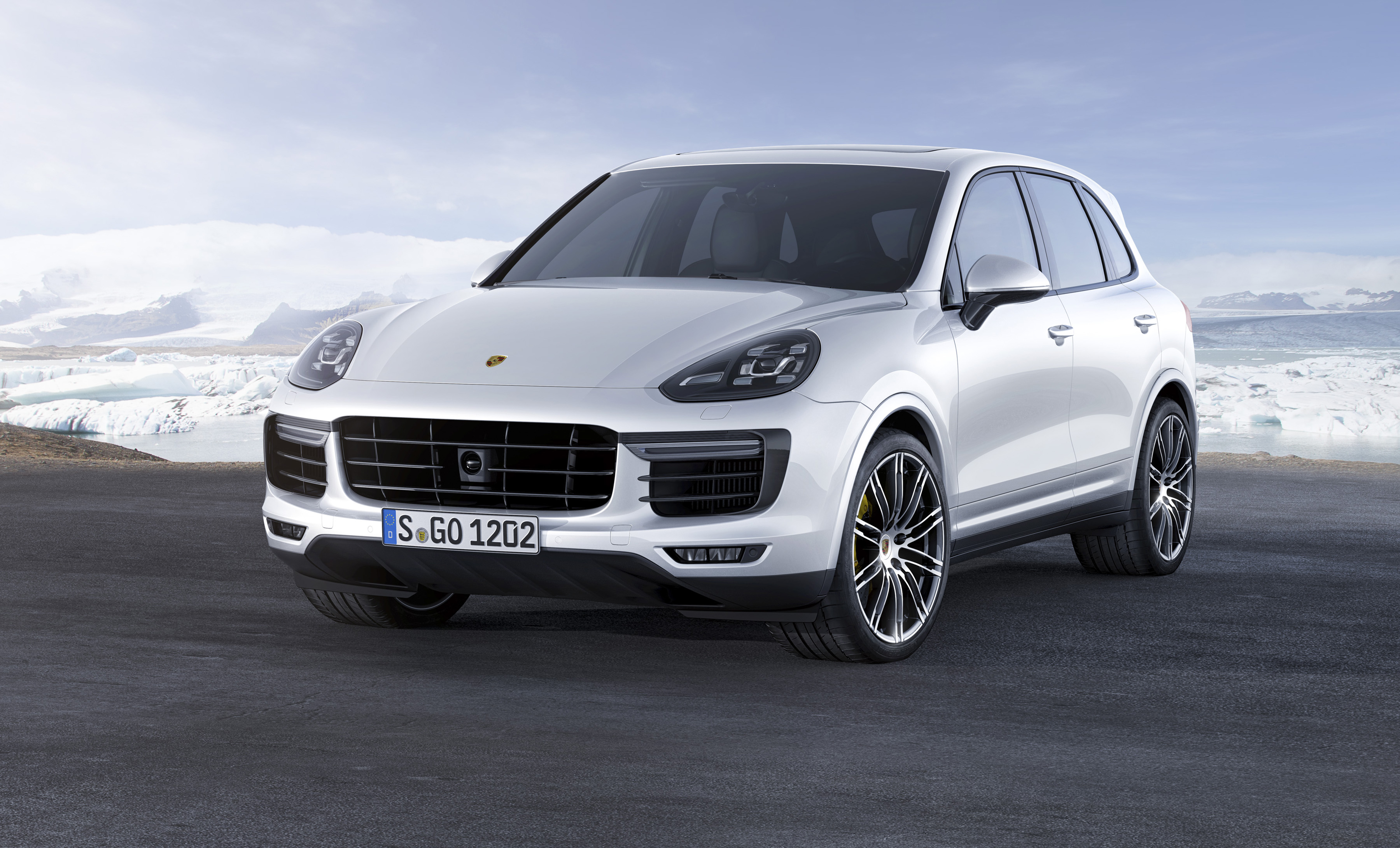 Porsche Cayenne Turbo S wit 2015 02