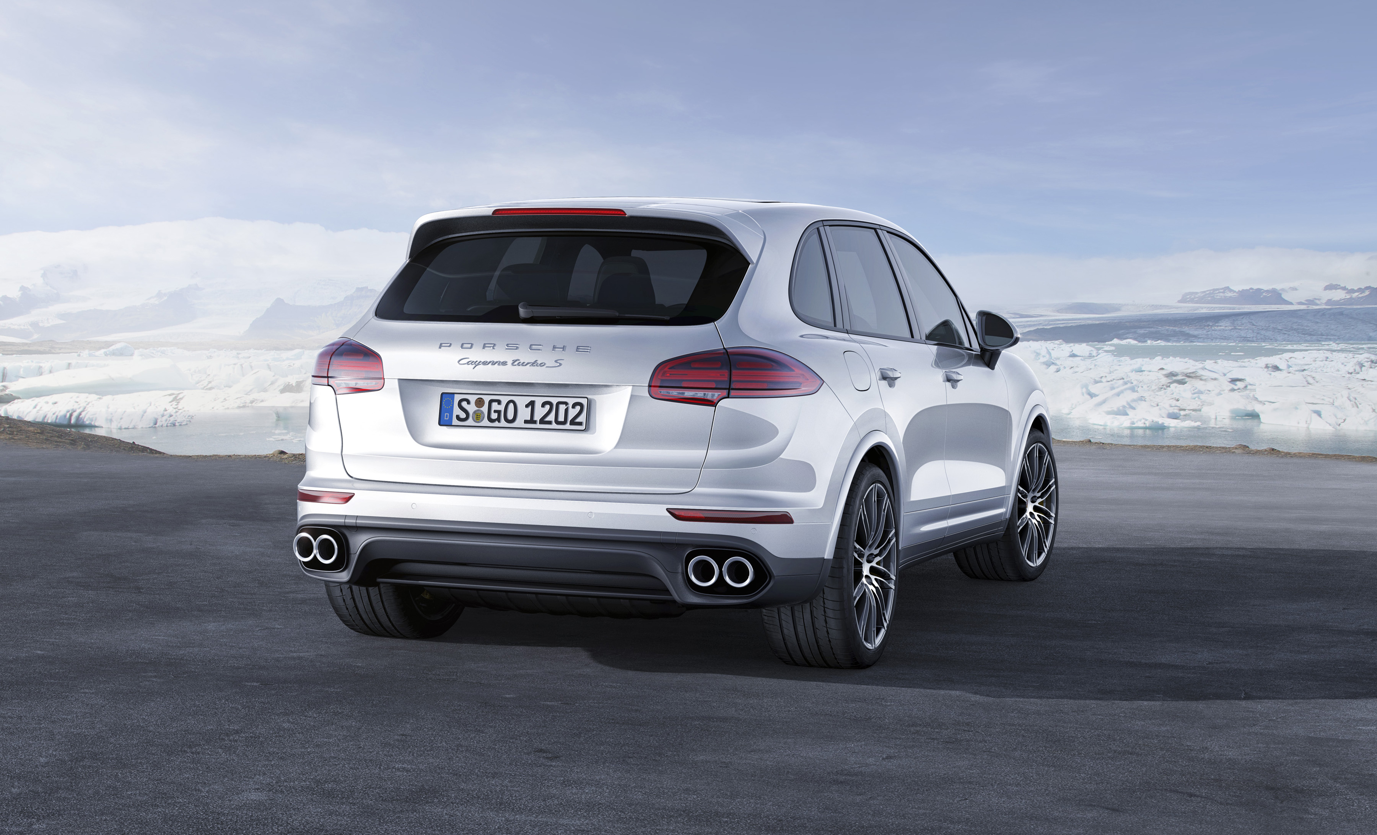 Porsche Cayenne Turbo S wit 2015 03