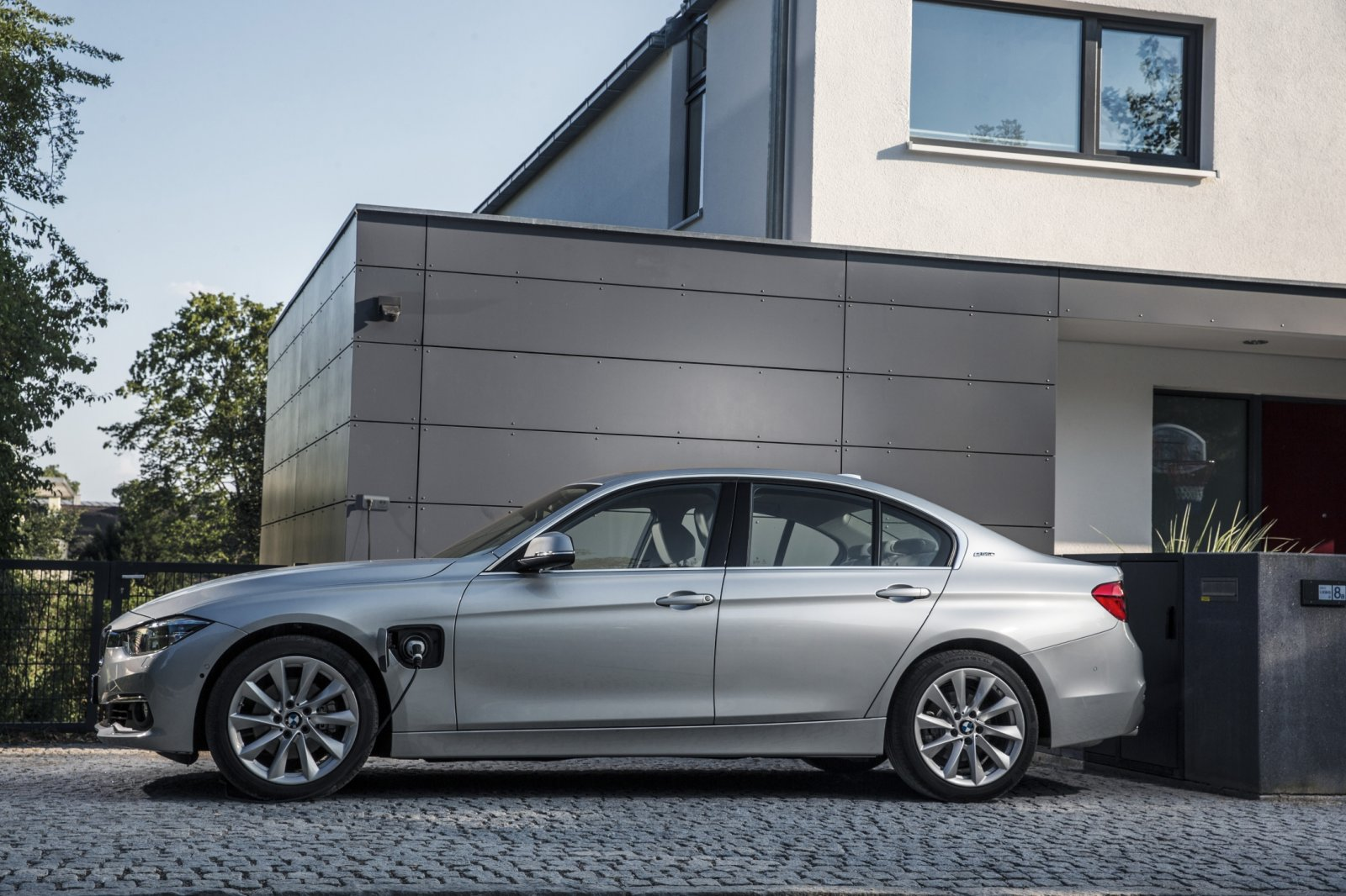 bmw aan de plug in hybride alles over de 225xe en 330e drivessential. Black Bedroom Furniture Sets. Home Design Ideas