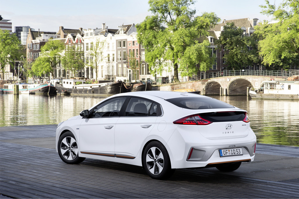 Hyundai Ioniq wit plug-in hybride electric 2017 12