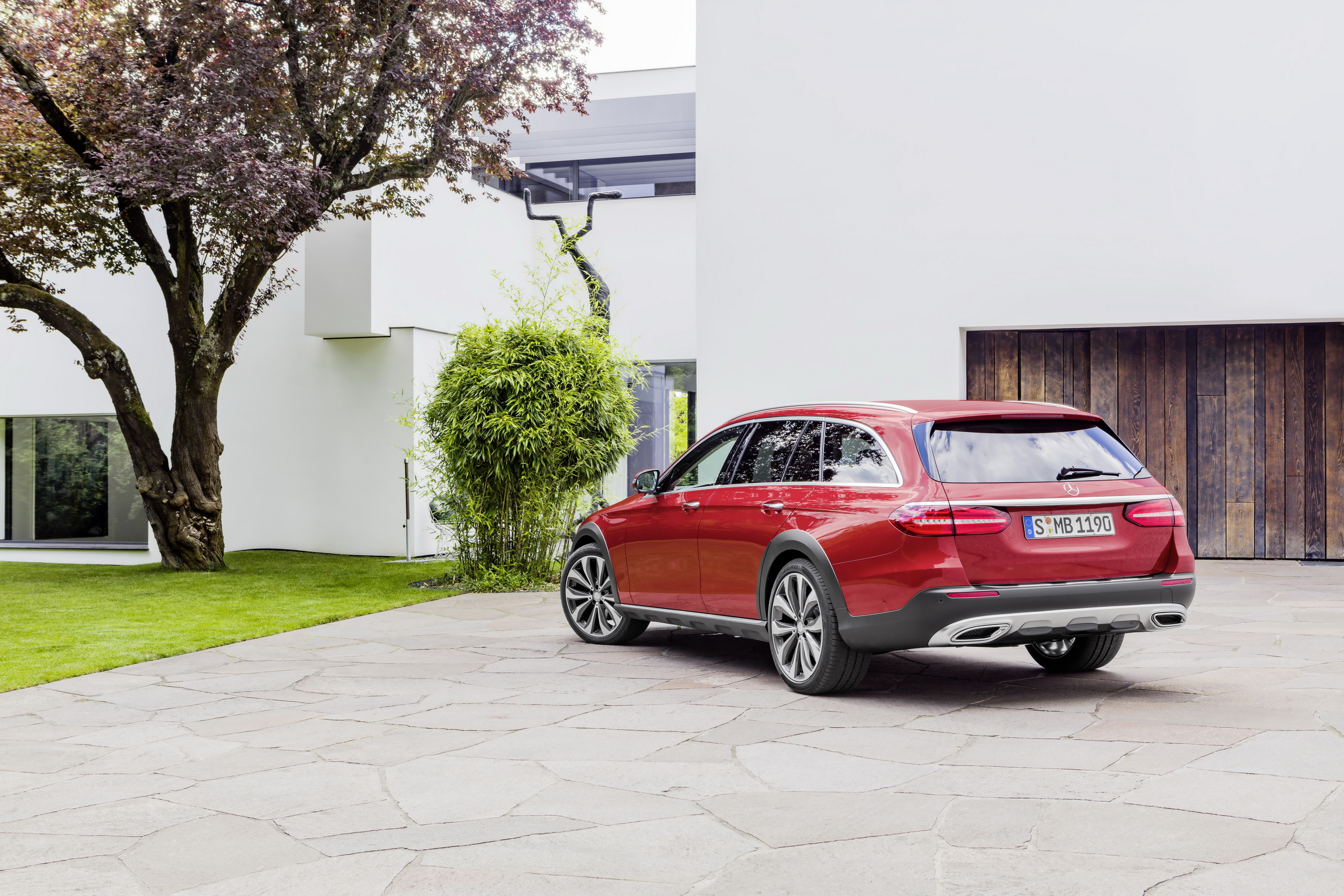 Mercedes-Benz E-Klasse All Terrain; Outdoor; 2016; Exterieur: designo hyazinthrot metallic // Mercedes-Benz E-Class All Terrain; outdoor; 2016; exterior: designo hyacinth red metallic