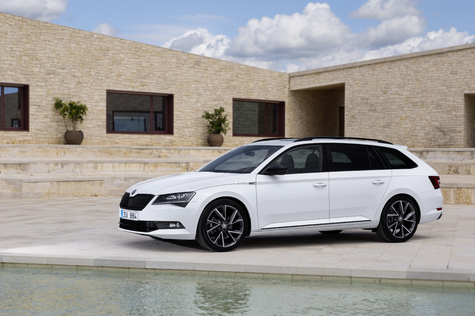 Skoda Superb Sportline Business wit Combi Hatchback 06